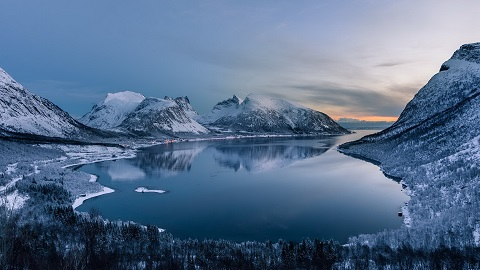 Winter-lake-between-mountains